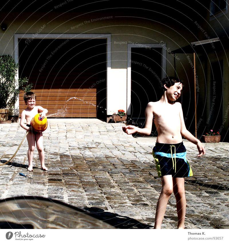 Gotcha !! Kind Sommer Sonne Ferien & Urlaub & Reisen Garagentor kalt nass Spielen Schlauch Badehose toben Wasserfontäne Bauernhof Kopfsteinpflaster fresh