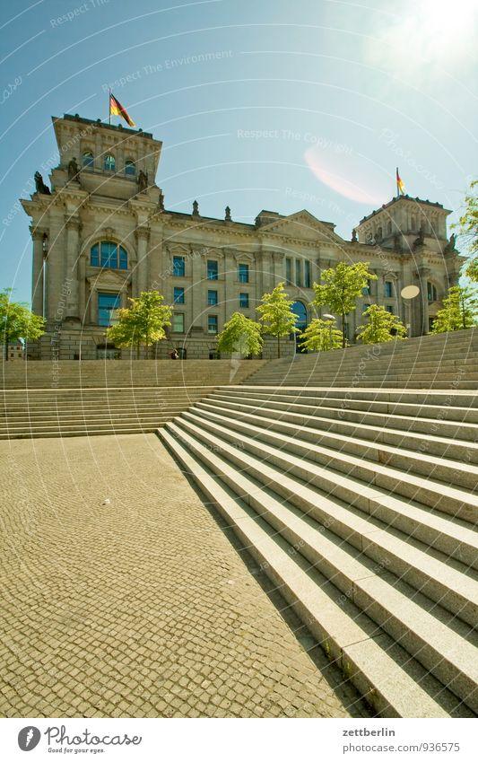 Bundestag Himmel Sommer Sonne Architektur Gebäude Berlin Fassade Treppe Hochhaus Textfreiraum Hauptstadt Deutscher Bundestag Regierung Freitreppe Regierungssitz