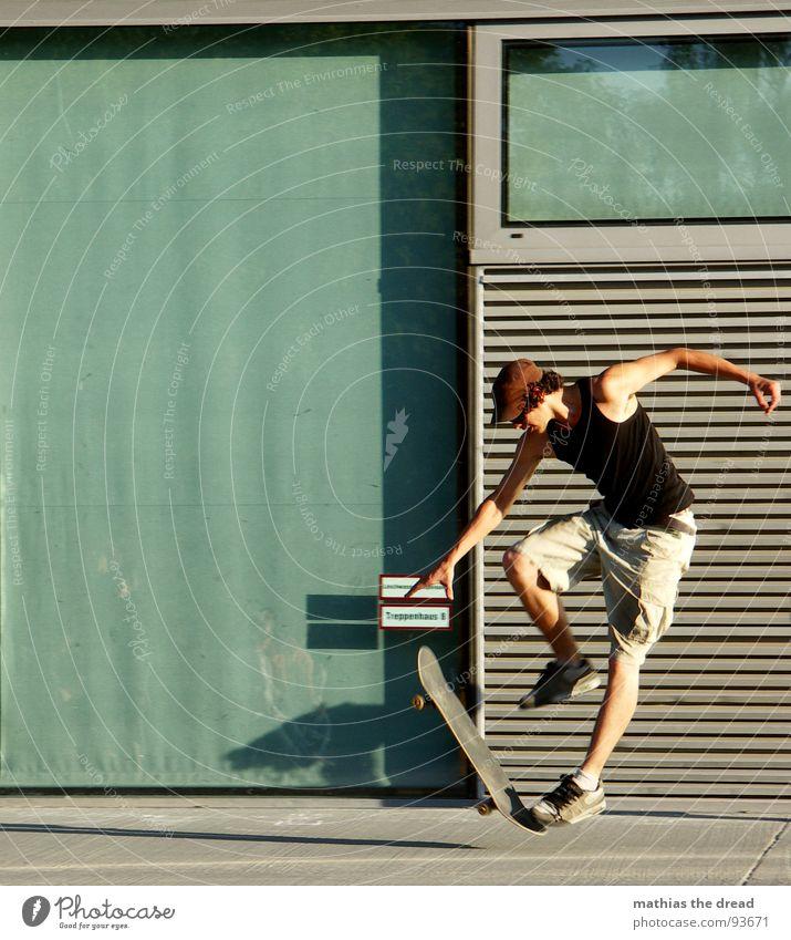 Flugphase II Sport belasten Gesundheit Freizeit & Hobby springen Skateboarding Hydrant rot Beton Wand Sonnenlicht Mann Junger Mann Mütze Shorts Sprungkraft