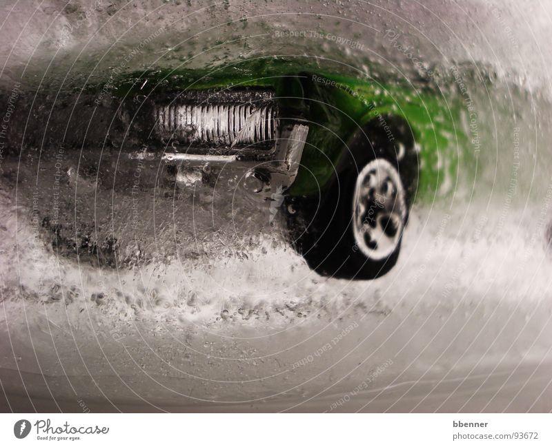 Auto im Wasser grün PKW Eis Angst tauchen Vergänglichkeit blasen Panik Scheinwerfer untergehen Oldtimer
