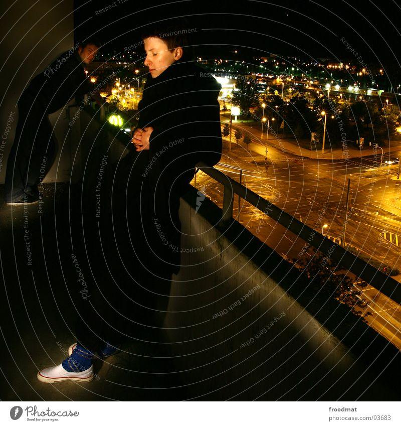 Nachtbalkon Frau Mann Stadt Straße dunkel Zufriedenheit Hochhaus Aussicht Quadrat Balkon Geländer Cottbus Taschenlampe Brandenburg Schichtarbeit
