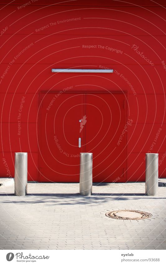 251 - Das Foto danach rot Wand Lampe Tag knallig typisch Sicherheit Haus Beton Gebäude Gewerbe geschlossen Licht abstrakt Ecke Stahl Edelstahl Pflanze leer
