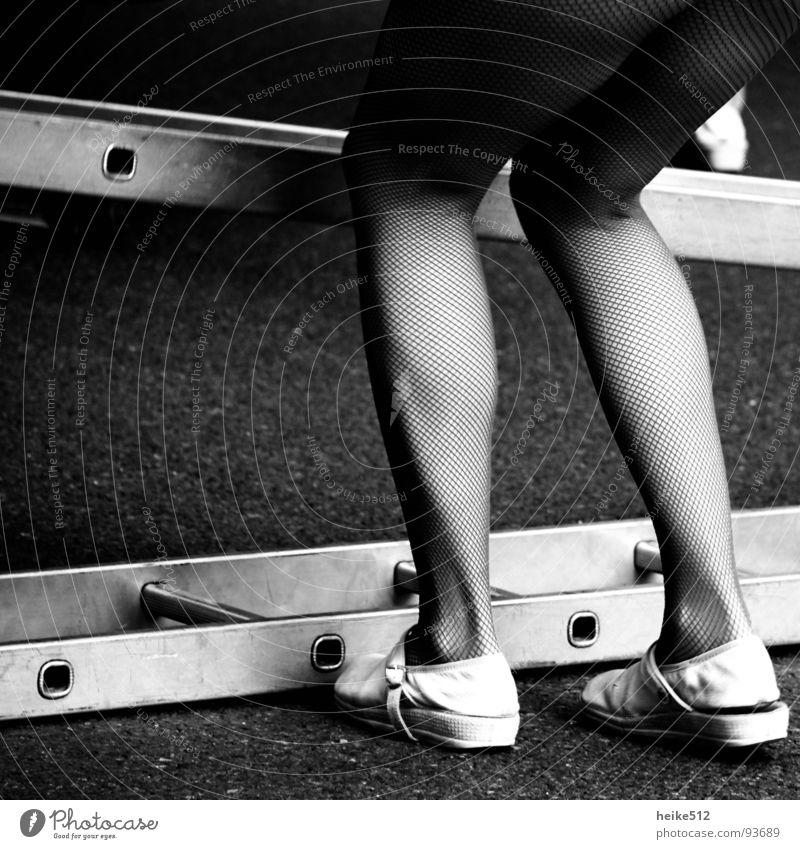 Leg Show schön Beine Strümpfe Strumpfhose Muskulatur Oberschenkel Wade Hausschuhe Schlappen Schwarzweißfoto