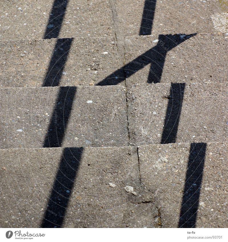 Trepbpe Fehler Beton grau Streifen Industrie Detailaufnahme Treppe Schatten Sonne abwärts aufwärts trist