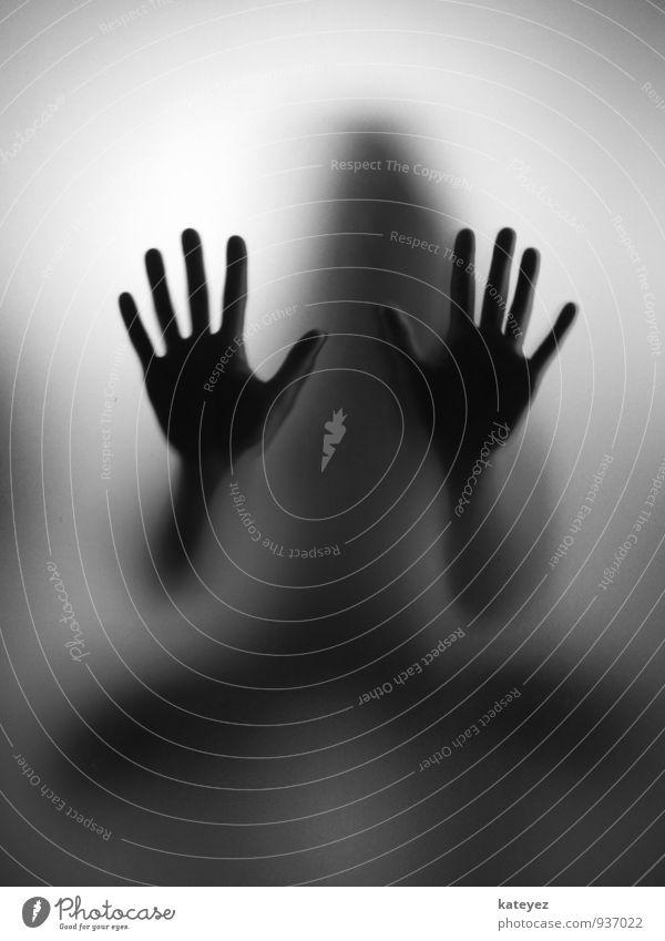 gib mir high ten S/W Mensch Frau Erwachsene Hand 1 Glas beobachten berühren hocken grau schwarz Gefühle Stimmung Neugier Interesse Hoffnung Glaube Angst Ärger