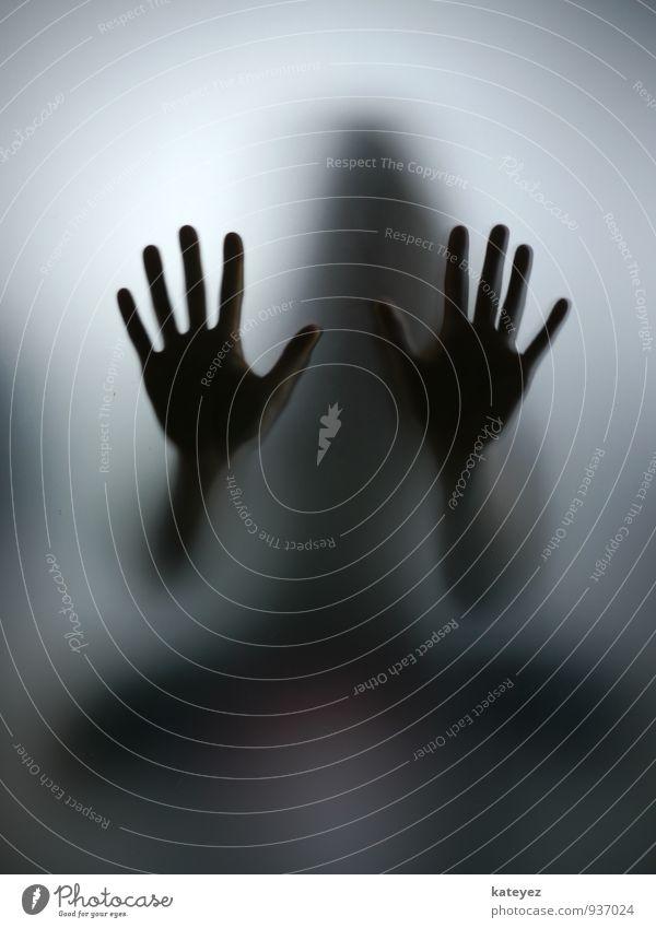 gib mir high ten Mensch Frau Erwachsene Körper Hand 1 Glas beobachten berühren hocken ästhetisch bedrohlich kalt nah grau schwarz Gefühle Stimmung