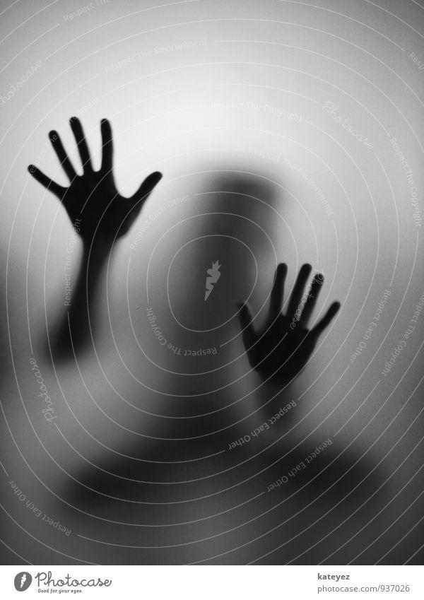Tastsinn S/W Mensch Frau Erwachsene 1 Glas berühren hocken hören kalt grau schwarz Gefühle Stimmung Neugier Hoffnung Glaube Trauer Angst Verzweiflung
