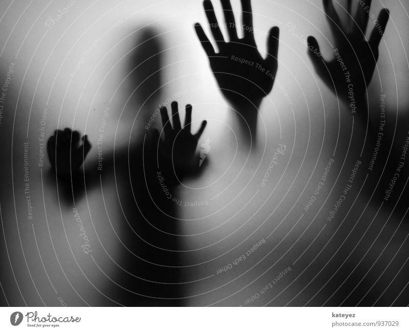 kleine hände GROSSE HÄNDE S/W Mensch Kind weiß Einsamkeit Hand schwarz dunkel kalt Erwachsene Gefühle grau Stimmung Zusammensein Angst Glas beobachten