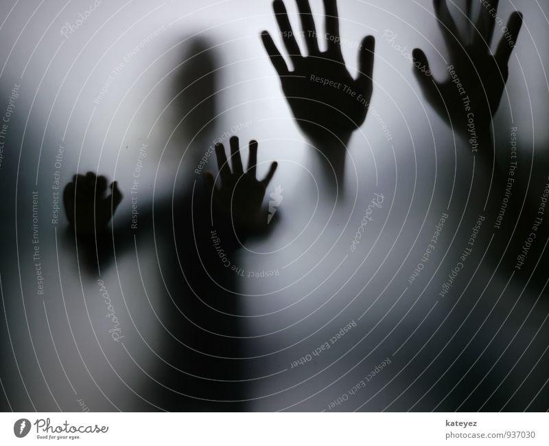 kleine hände GROSSE HÄNDE Kindererziehung Mensch Frau Erwachsene 2 Glas beobachten berühren entdecken hocken lernen dunkel Zusammensein kalt grau schwarz