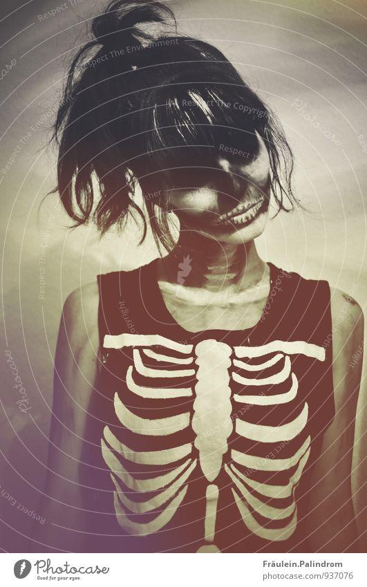 Trick or treat.² Mensch Jugendliche Junge Frau 18-30 Jahre dunkel Erwachsene Gesicht Traurigkeit feminin dünn Platzangst Gebiss Süßwaren gruselig Geister u. Gespenster Karneval
