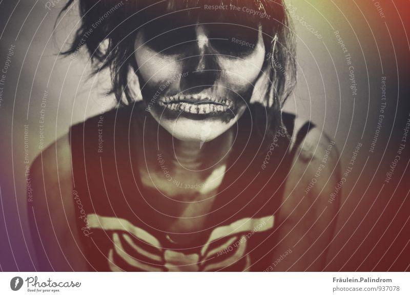Trick or treat. Mensch Jugendliche Junge Frau 18-30 Jahre Erwachsene Gesicht Auge Traurigkeit feminin Tod Angst bedrohlich Coolness Lippen gruselig Karneval