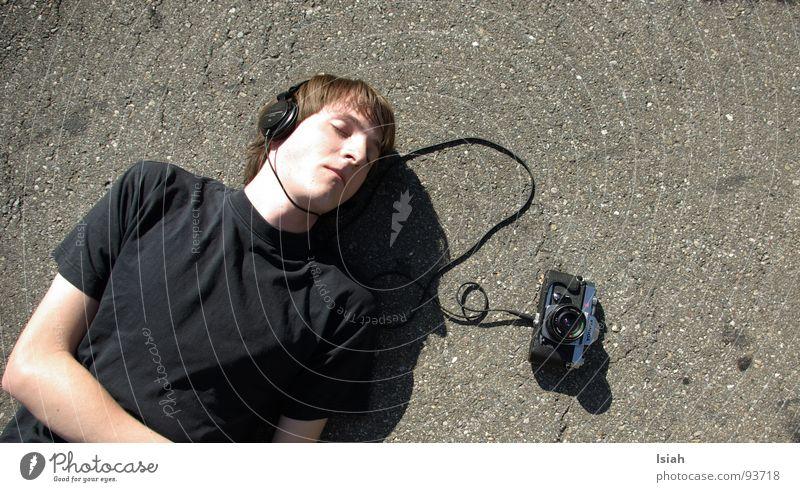 vomhörensehen Gefühle Musik liegen schlafen Asphalt Fotokamera Konzert hören genießen