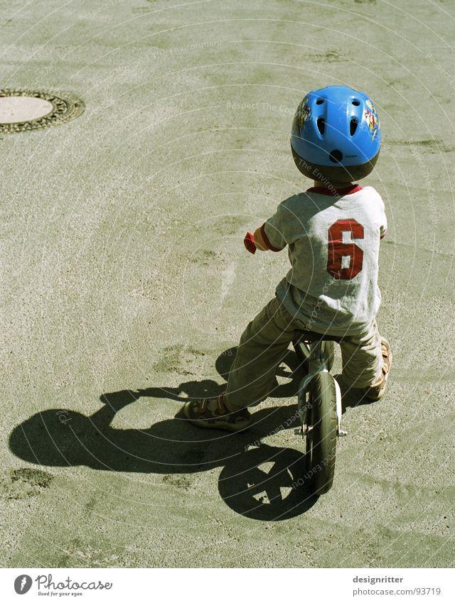 Blauhelm Fahrrad Kind fahren Helm Entschlossenheit Junge Mut Coolness bicycle child boy ride helmet determinaion firmness bravery blue Kinderfahrrad