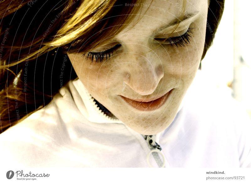 freckled rot Sommer Sommersprossen leicht Pastellton weich weiß Wimpern Licht Schüchternheit schön Frau süß niedlich Haare & Frisuren Wind Sonne sanft lachen