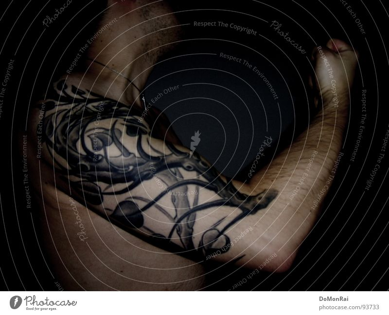 Arm dran 2. Farbfoto Gedeckte Farben Innenaufnahme Akt Blitzlichtaufnahme Oberkörper Blick nach oben Wegsehen maskulin Mann Erwachsene Arme Hand Hals Tattoo
