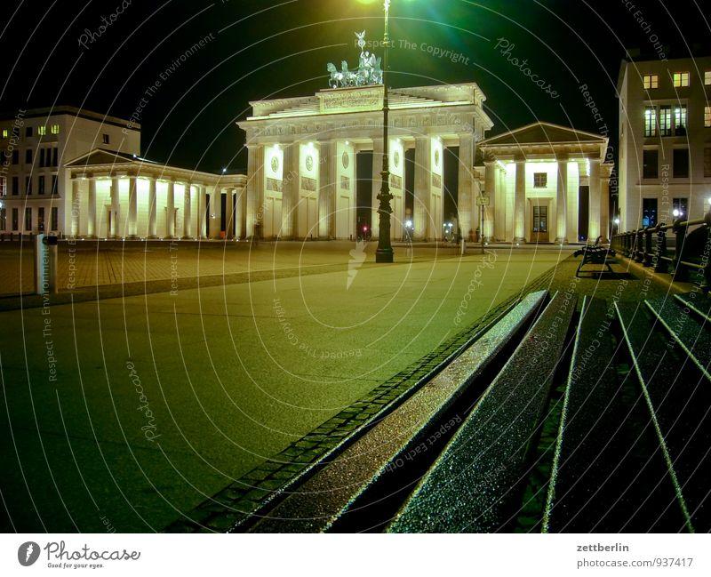 Brandenburger Tor Berlin sitzen Bank Hauptstadt Wahrzeichen Wiedervereinigung Nachtaufnahme Quadriga Brandenburger Tor Viergespann Unter den Linden Pariser Platz Kalter Krieg