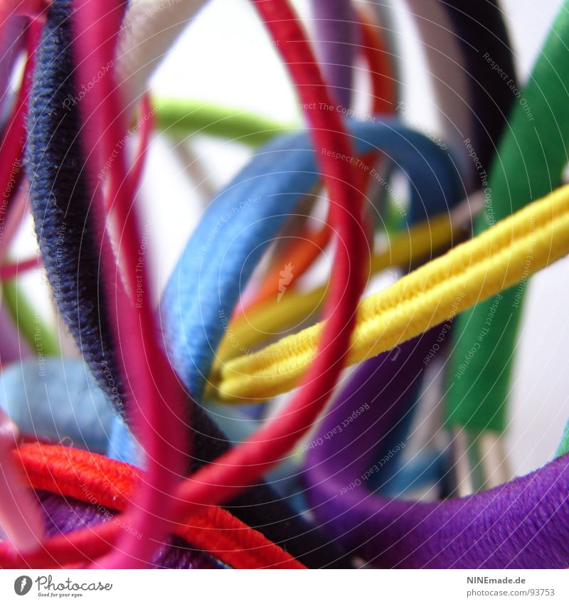 bunte Gummis ... I Zusammenhalt Halt binden rund elastisch mehrfarbig rot violett grün weiß rosa blau hell-blau dunkelgrün hellgrün giftgrün gelb Tiefenschärfe