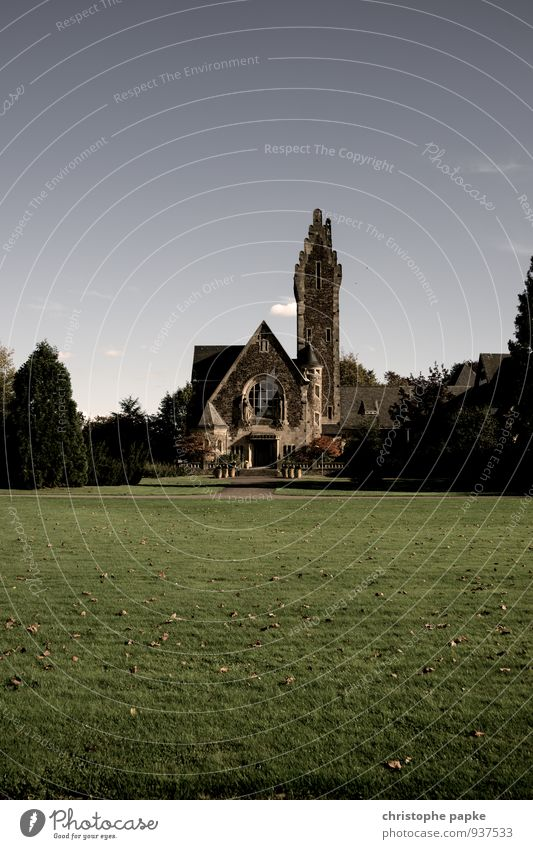 Allerheiligen Wolkenloser Himmel Garten Park Wiese Stadt Menschenleer Kirche Bauwerk Gebäude Architektur Mauer Wand Sehenswürdigkeit dunkel gruselig Tod Kapelle