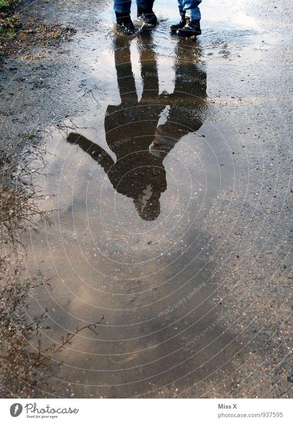 Zusammen Mensch Kind Jugendliche Wasser Freude 18-30 Jahre Winter kalt Erwachsene Herbst Gefühle Wege & Pfade Spielen Schwimmen & Baden Stimmung