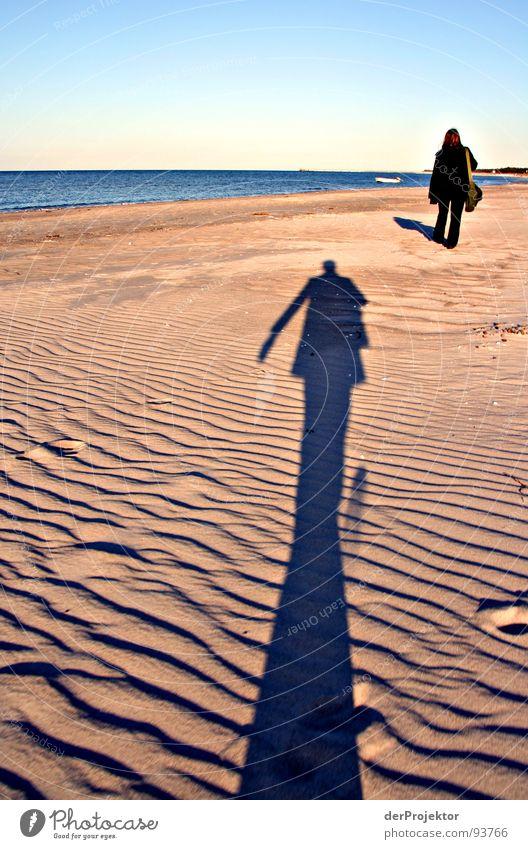 Was vom Tage übrig blieb... Frau Mann Himmel Meer blau Strand schwarz Gefühle Linie Hose Stranddüne Skulptur Ostsee Mantel Verfolgung Stalking