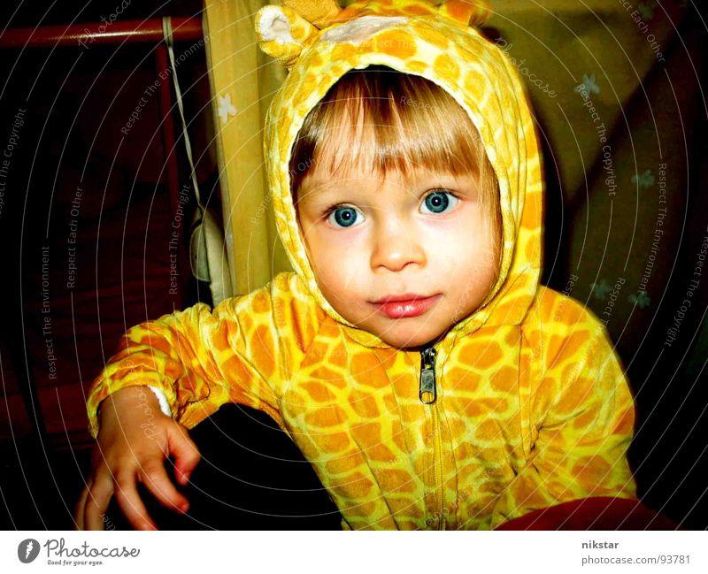jetz guck' nich so! Kind gelb klein Kapuze Wange niedlich Finger Lippen süß blond Fragen Kleinkind Bekleidung Karneval Karnevalskostüm blaue augen Maske