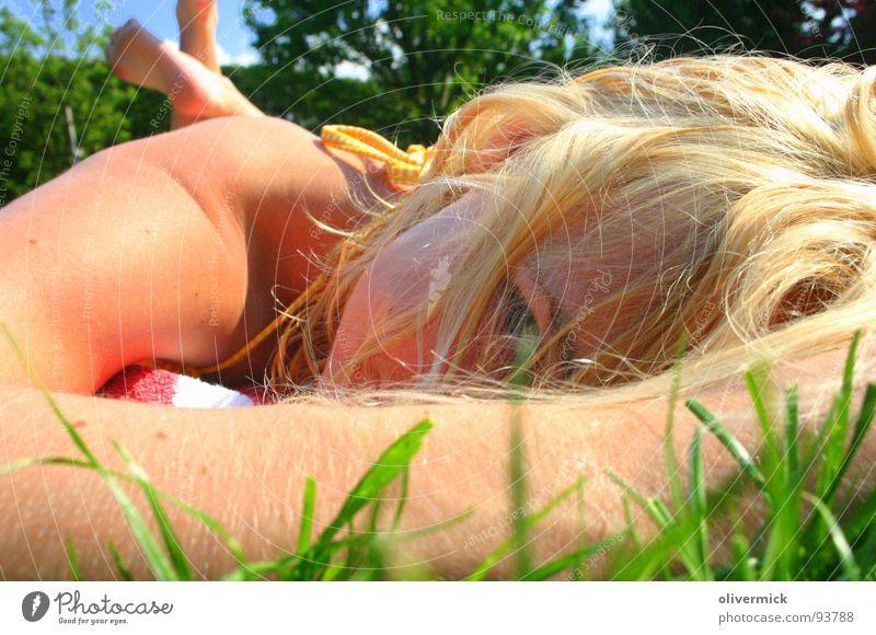 die frau meiner träume Frau Wiese träumen Sonne blond schön grün Sommer Bikini Farbe Auge erotischer blick geheimnisvoller blick Glück