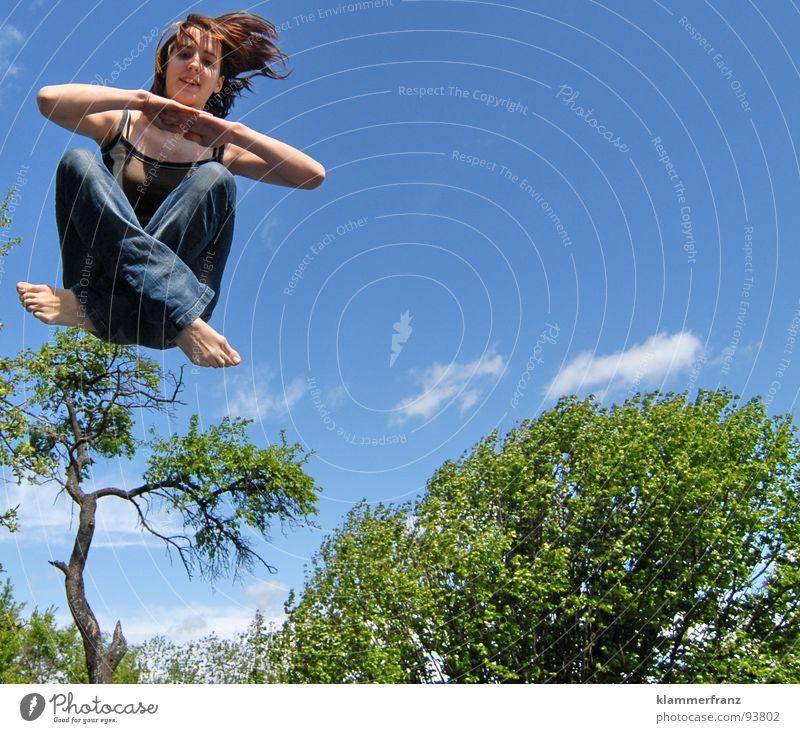Schwebende Meditation Jugendliche springen abgehoben Zauberei u. Magie Baum Sträucher grün Wald Wolken schlechtes Wetter weiß mädchenhaft Frau Schwerelosigkeit