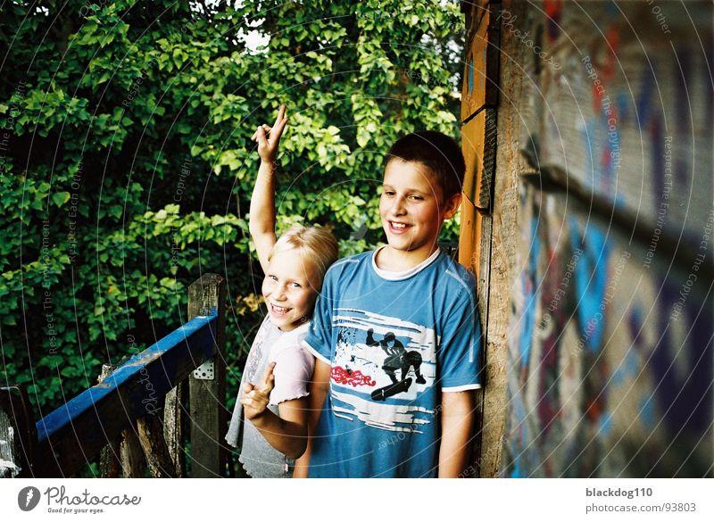 sep 002 Kind grün Sommer Freude Freundschaft Finger Fröhlichkeit nah Familie & Verwandtschaft Tiefenschärfe Zärtlichkeiten Eindruck Geschwister heiter Nische