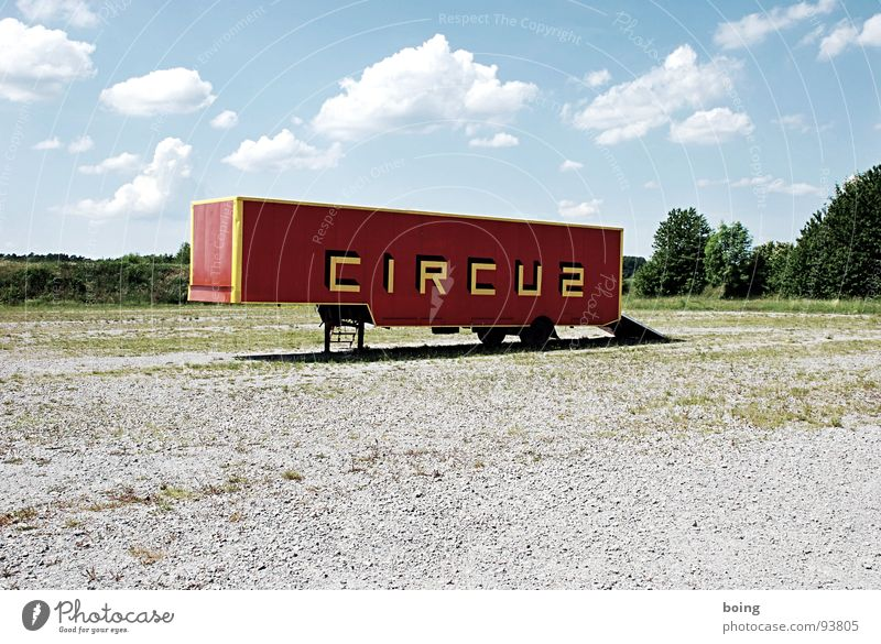Flohzirkus zieht weiter Güterverkehr & Logistik Kultur Schlagwort Lastwagen Wort Container einzeln Zirkus Wagen Verkehrsmittel Anhänger Großbuchstabe einladen