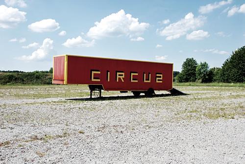 Flohzirkus zieht weiter Wagen Zirkus Anhänger Container Lastwagen einladen Verkehrsmittel Güterverkehr & Logistik Schlagschatten Kultur Auflieger Menschenleer
