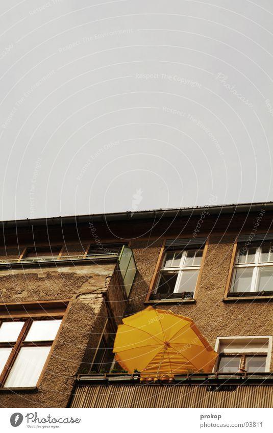 Gelb. Halb. Himmel alt Sommer Freude Haus Fenster Wand oben Wohnung Rücken hoch Häusliches Leben kaputt Schutz Schönes Wetter verfallen
