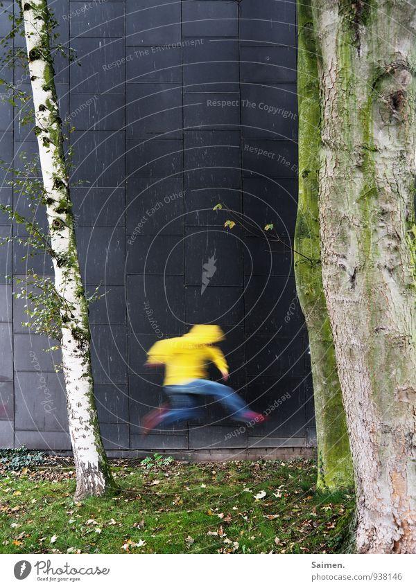 möchtegernflash Mensch maskulin Mann Erwachsene Körper 1 18-30 Jahre Jugendliche Natur Baum Wiese Mauer Wand Fassade Bewegung laufen rennen springen gelb Freude
