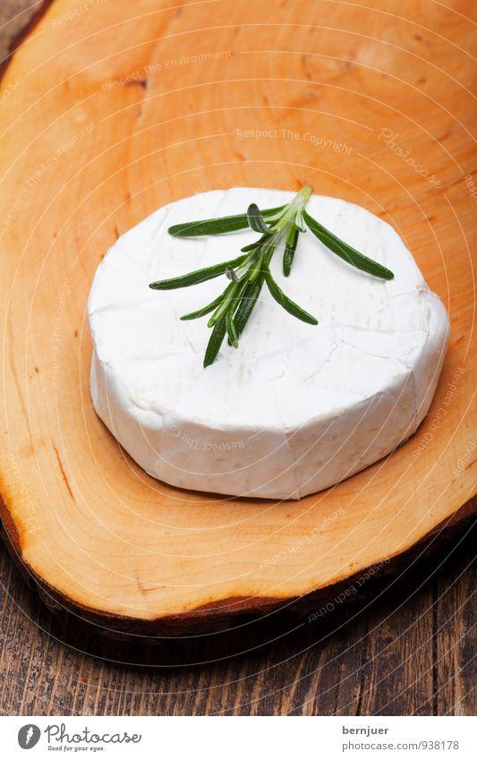 Camembert weiß Essen Lebensmittel rund rein Kräuter & Gewürze lecker Bioprodukte Holzbrett Vegetarische Ernährung Schneidebrett Käse Holztisch Billig roh