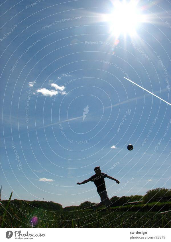 keiner spielt mit mir... Fußballer Weltmeisterschaft Erfolg Verlierer Champions League Wiese Feld Sommer heiß Physik Blume weiß grün saftig Wolken