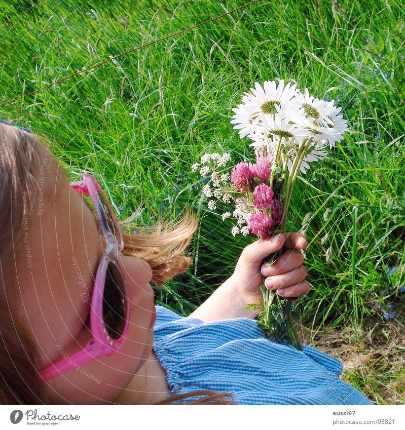 Blumenkind Kind Natur Mädchen Blume Sommer Wiese Gras klein Brille Spaziergang Freizeit & Hobby fangen festhalten Sonnenbrille