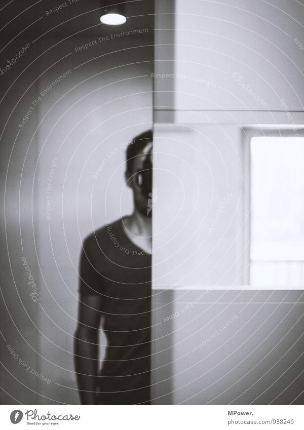eben nur halb Mensch maskulin Junger Mann Jugendliche Erwachsene 1 Blick dünn Halbprofil Spiegelbild gerade grau Lichtpunkt Fotokamera Selbstportrait T-Shirt