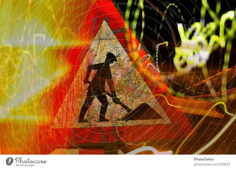 Bauschild Reifenspuren Verkehrsmittel KFZ Straßennamenschild Gegenlicht blenden Nacht Nachtaufnahme Langzeitbelichtung Montage Schilder & Markierungen Spuren
