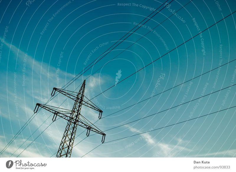 100 – Ein Drahtseilakt Himmel blau hoch Industrie Elektrizität offen dünn Mitte unten Strahlung Bauwerk Strommast Geometrie edel Leitung