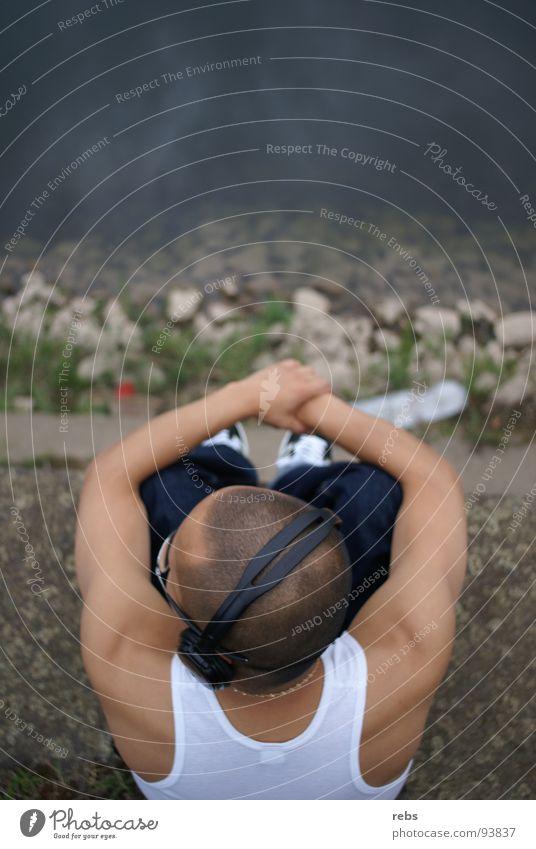 sein platz Mensch Mann Jugendliche Wasser ruhig Einsamkeit Erholung Gefühle Stein Musik Freizeit & Hobby Platz Fluss hören Gedanke harmonisch