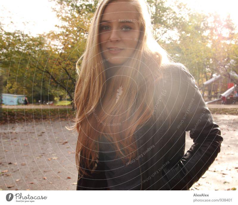 Gegenlichtstudentin Spielplatz Park Ausflug Junge Frau Jugendliche Haare & Frisuren Gesicht 18-30 Jahre Erwachsene Baum Lederjacke blond langhaarig genießen