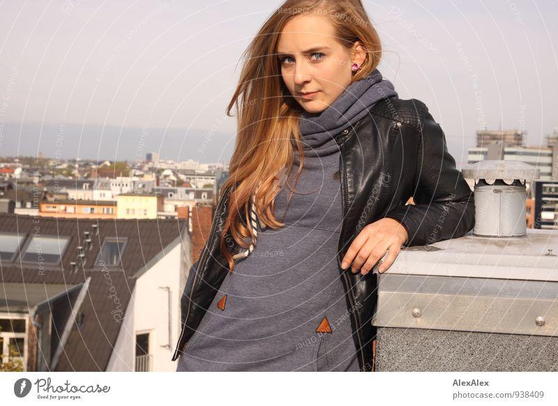 skeptisch Jugendliche Stadt schön Junge Frau Landschaft 18-30 Jahre Erwachsene Denken nachdenklich Wind blond frei ästhetisch beobachten Schönes Wetter Coolness