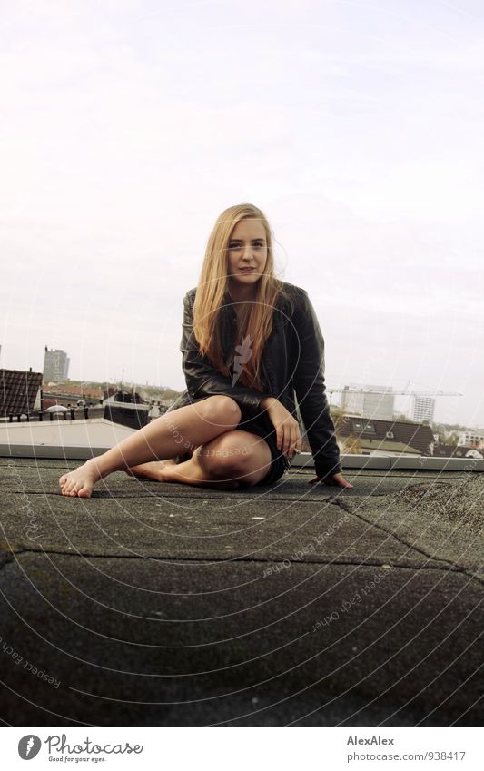 Sitzung Abenteuer Junge Frau Jugendliche Beine 18-30 Jahre Erwachsene Skyline Dach Lederjacke Barfuß blond langhaarig Kommunizieren sitzen ästhetisch Coolness