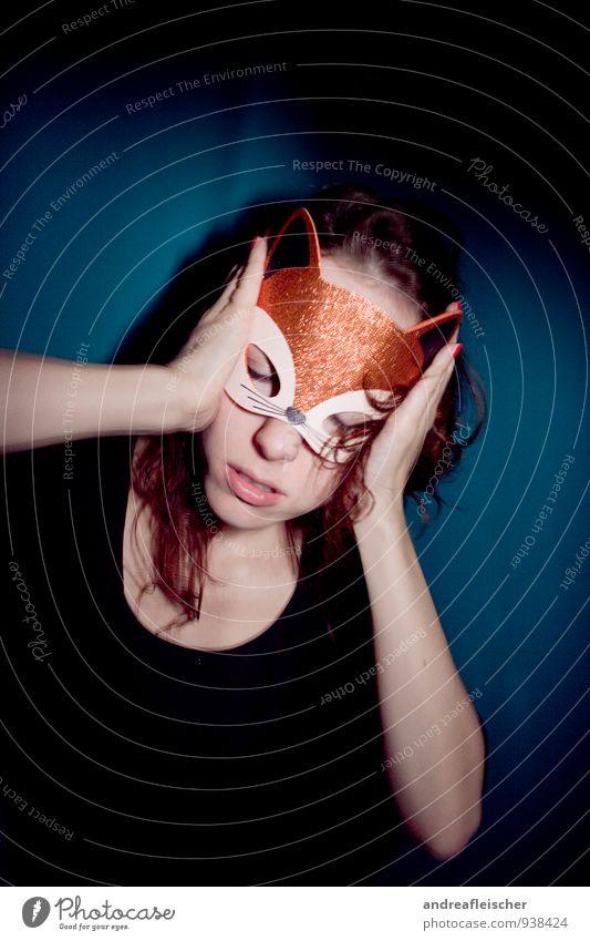 Kontrollverlust. Mensch Jugendliche Junge Frau Einsamkeit 18-30 Jahre Erwachsene feminin Feste & Feiern glänzend warten ästhetisch Kreativität Politische Bewegungen hören Maske Karneval