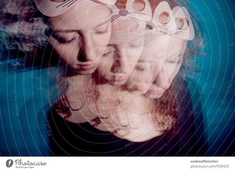 Kontrollverlust oder verschobene Realität. Mensch Jugendliche schön Junge Frau 18-30 Jahre Erwachsene feminin Feste & Feiern Party träumen Tanzen schlafen Maske Rauschmittel Rausch Sehvermögen