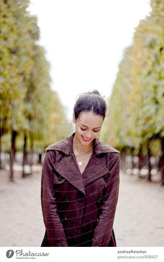 mademoiselle Mensch Natur Jugendliche schön grün Junge Frau rot 18-30 Jahre Erwachsene Herbst feminin Stil Garten braun Park elegant