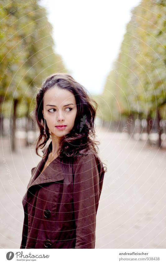mademoiselle aus paris. Mensch Jugendliche schön 18-30 Jahre Erwachsene Herbst feminin Stil Garten gehen Park warten Coolness Spaziergang Neugier dünn
