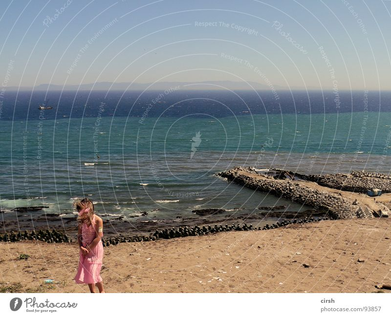 mich weht´s Strand Einsamkeit Spanien trist Meer mehrfarbig Streifen Wind wehen klein Kleid rosa Ferne wiederkommen Horizont Steg Mauer Sommer Wasser Sand