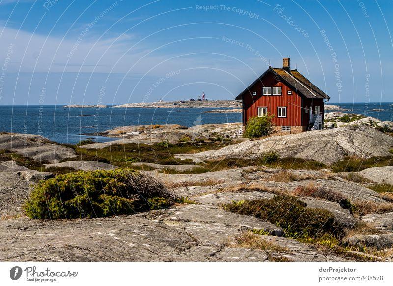 Grün-grau-rot-blau in Schweden Ferien & Urlaub & Reisen Pflanze Sommer Meer Landschaft Haus Ferne Umwelt Gefühle Küste Freiheit Felsen Freizeit & Hobby Wellen