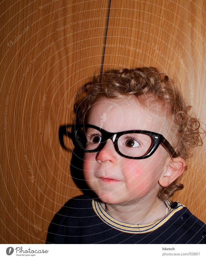 Durchblick Kind Gesicht Auge lustig Brille beobachten Neugier Kleinkind Konzentration Locken Momentaufnahme Interesse klug staunen Pupille