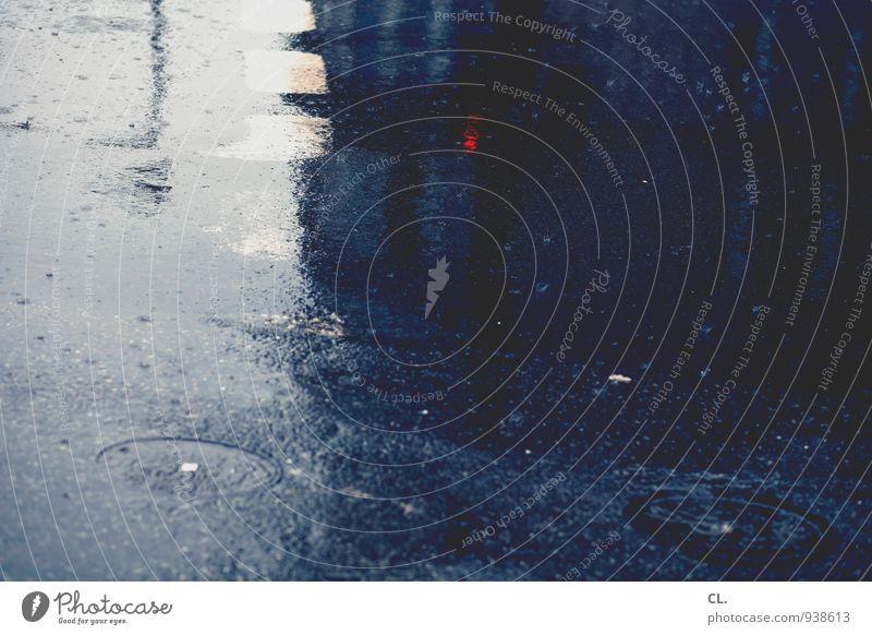 pfütze blau Stadt Wasser rot dunkel Umwelt Straße Herbst Wege & Pfade Wetter Regen Verkehr Klima Wassertropfen nass Verkehrswege